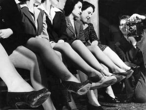 Fotógrafo con mujeres mostrando las medias de nylon, 1942. Por Dale Rooks.